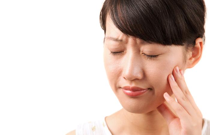 顎 を 動かす と 耳 の 中 で 音 が する